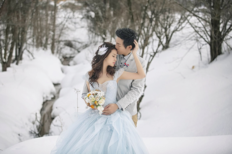 22 Breathtaking Winter Wedding Photos In The Snow You Have To See