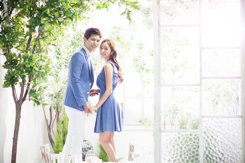 20 Engagement Photo Ideas With Matching Couple Outfits